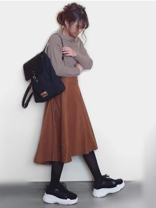 ストッキングを使ったコーディネート【5】秋:秋色フレアスカートとダッドスニーカーの中和役