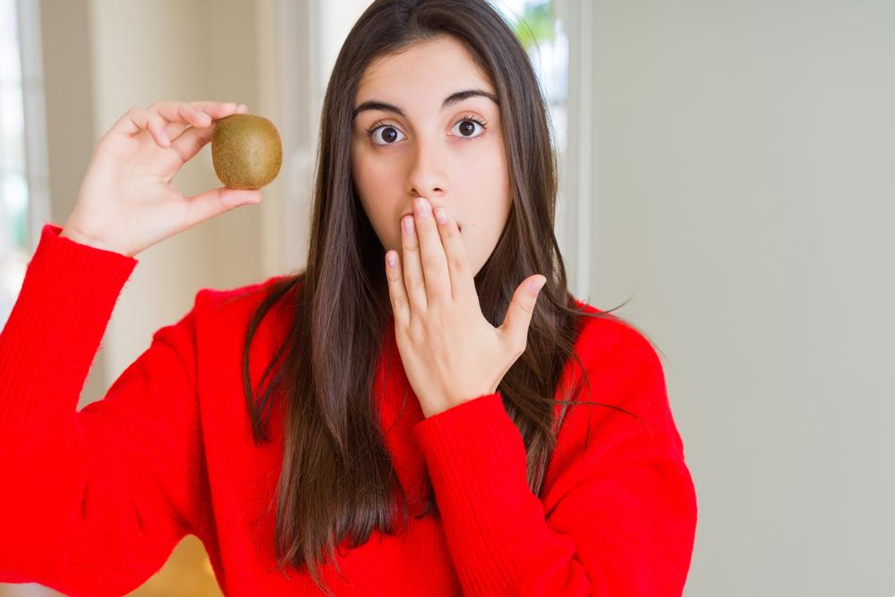 キウイを食べる女性