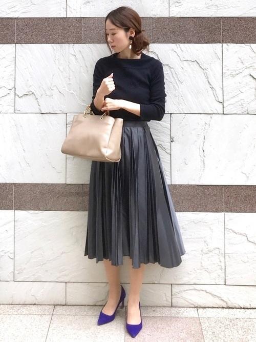 プリーツスカートを使ったラウンジの服装