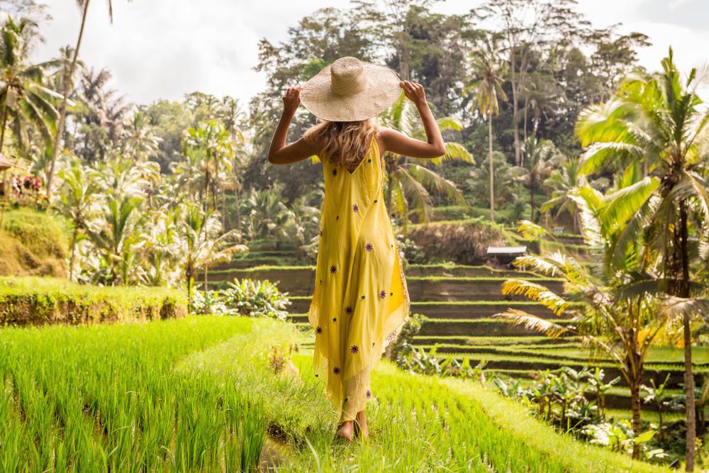 田園に立つ女性