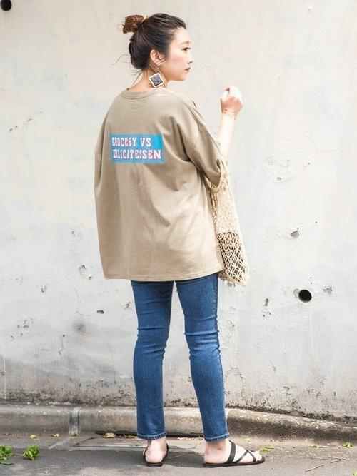 デニムパンツを使ったビッグTシャツコーデ