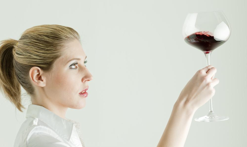 ワインのテイスティングをしている女性