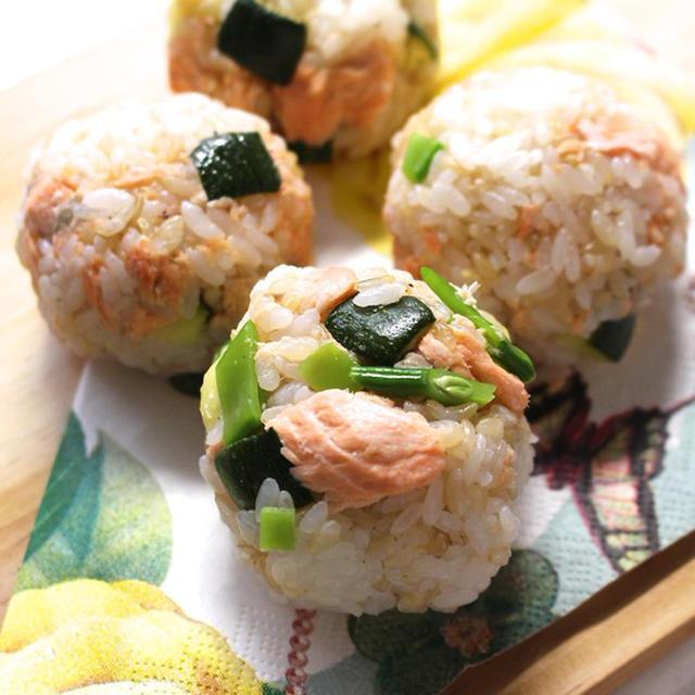 カラフルで可愛いおにぎり 鮭と絹さやとズッキーニのレシピ
