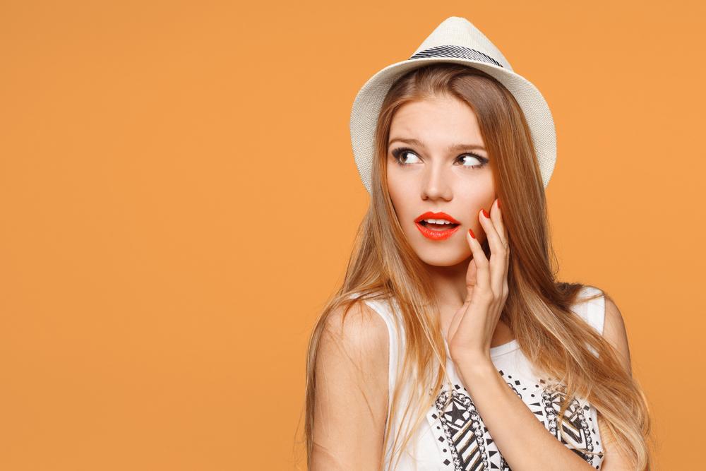 オレンジのリップをしている女性