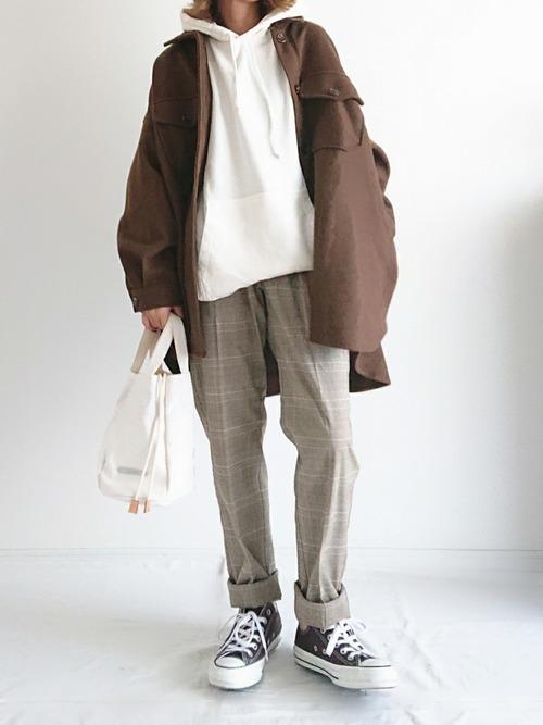ブラウンジャケットを使った白パーカーコーデ
