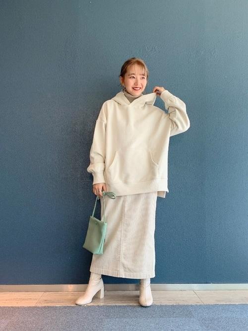 白スカートを使った白パーカーコーデ