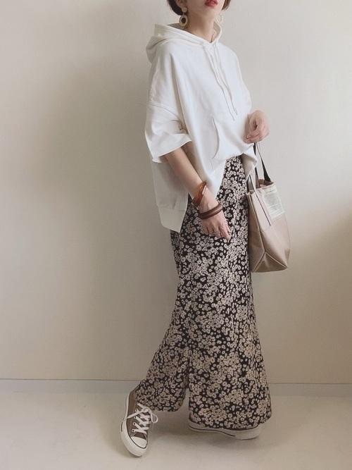 花柄スカートを使った白パーカーコーデ