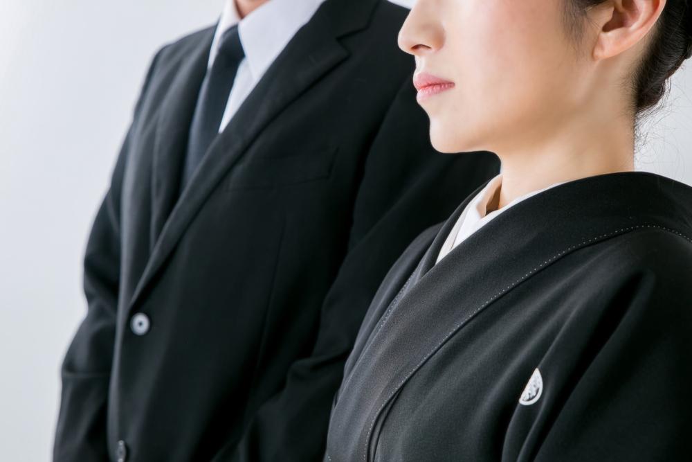 黒地の紋付の着物を着た女性