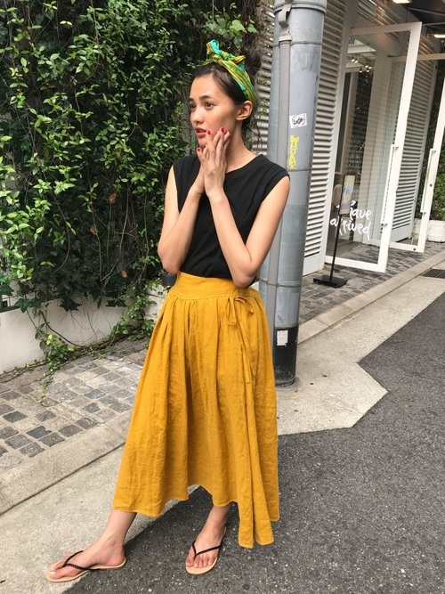 キレイ色スカートと黒トップスのシンプル夏服コーデ