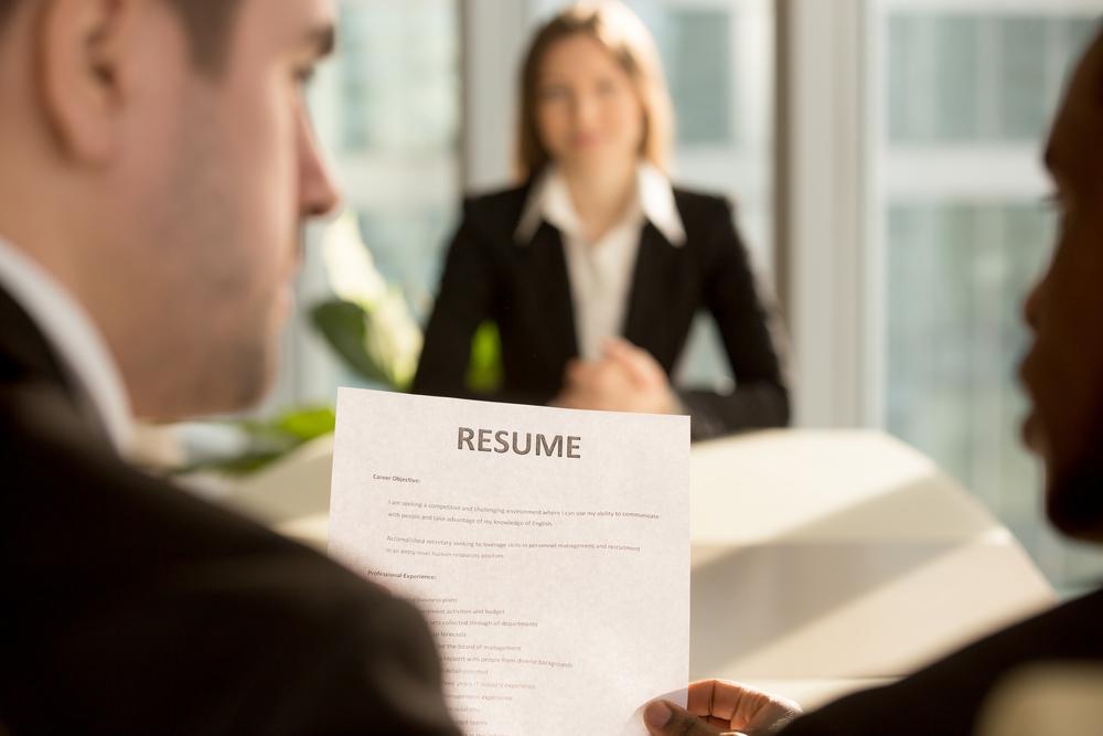 就活で資格をアピールしている女性