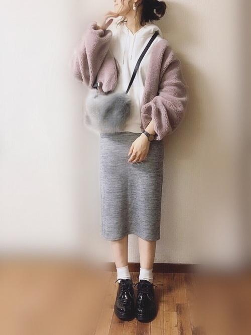 ピンクのボアブルゾン×グレーのスカート