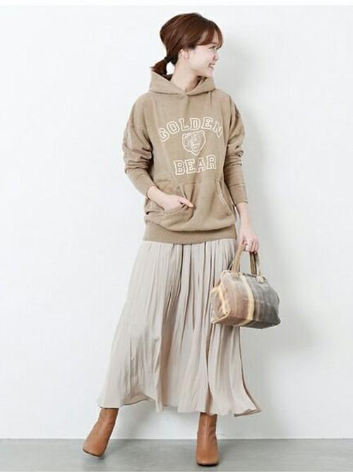 プリーツスカートを使った30代のパーカーコーデ