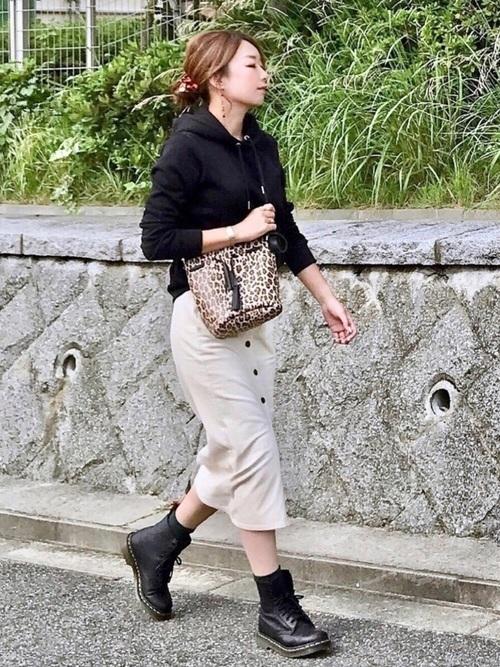 タイトスカートを使った30代のパーカーコーデ