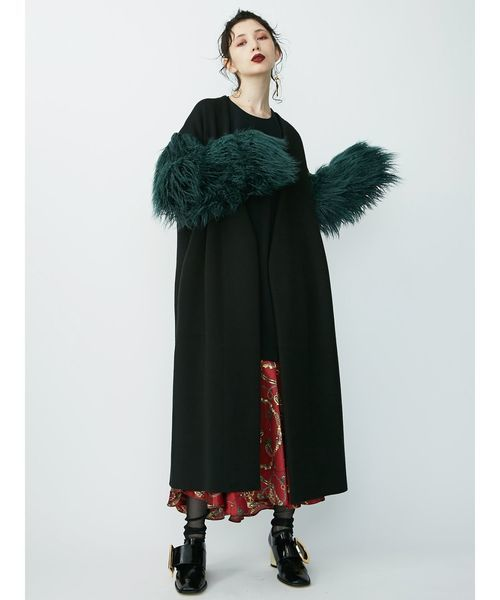 ロングコート×スカーフ柄スカート