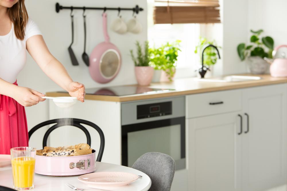 バスクチーズケーキを作っている女性