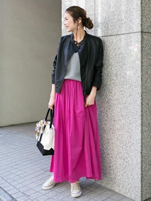 ライダース×きれい色スカートのコーデ