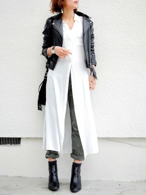 ライダース×白のシャツワンピのコーデ