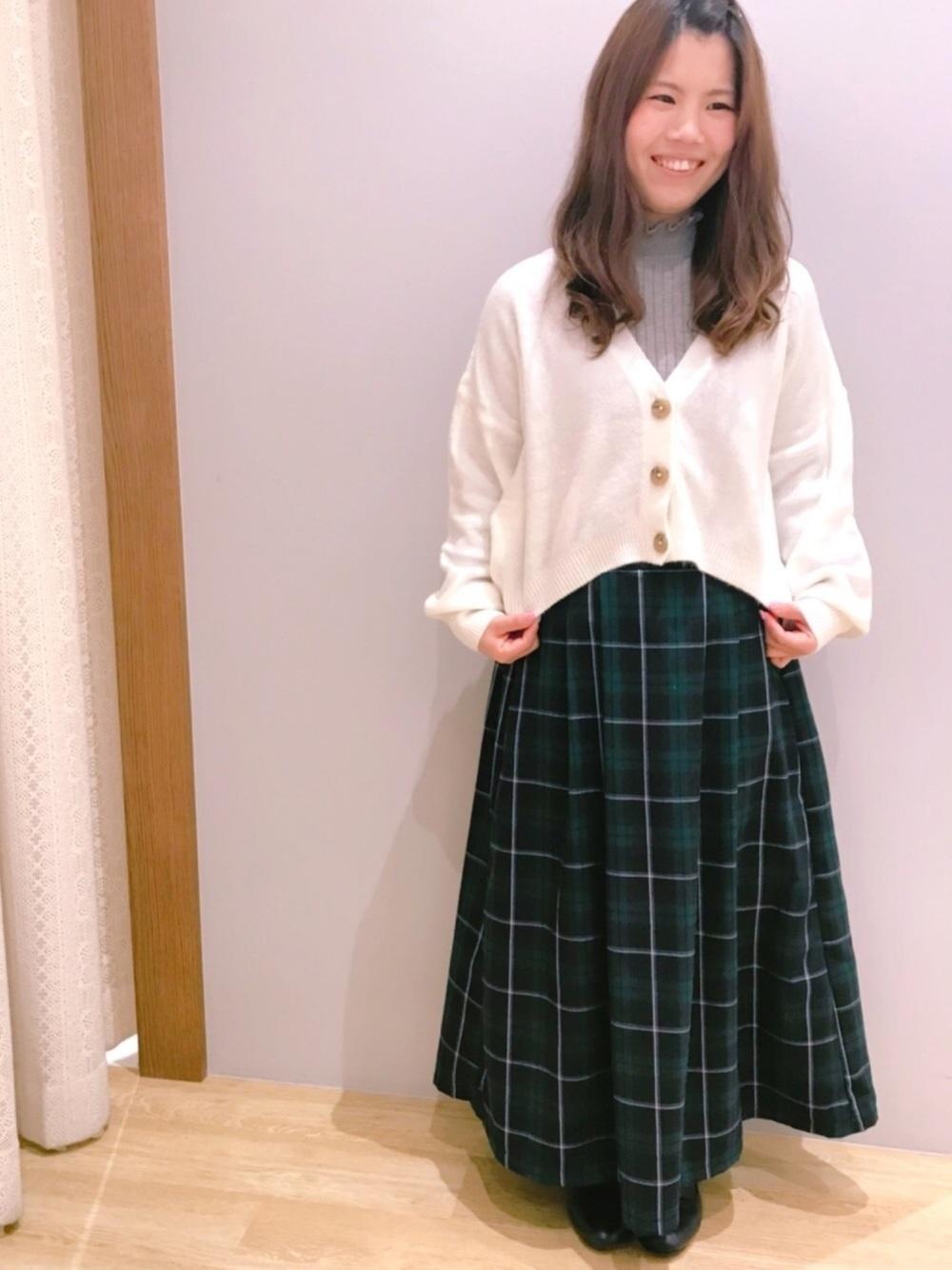 白ニットと緑チェックロングスカート