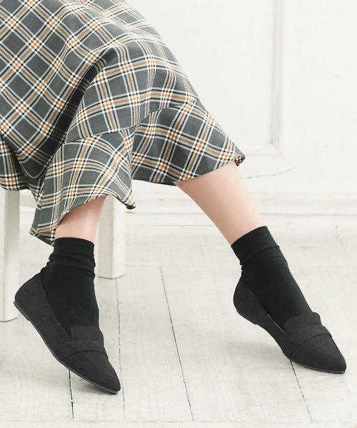黒のフラットシューズと黒の靴下のコーデ