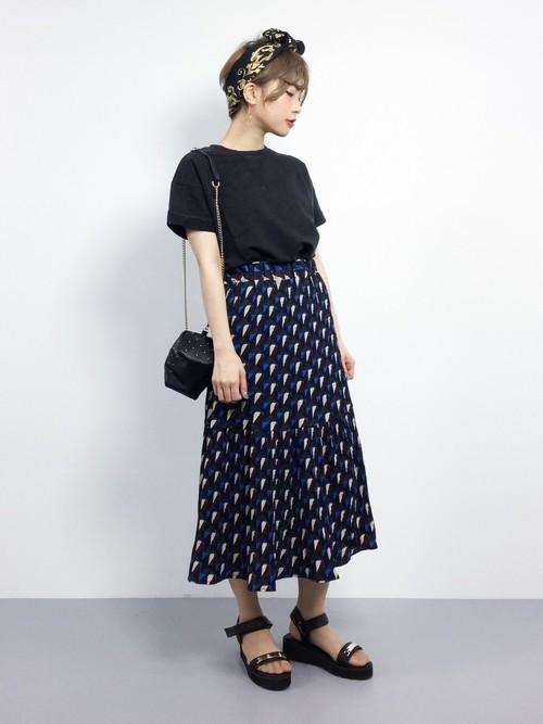 Tシャツ×スカートの全身黒コーデ