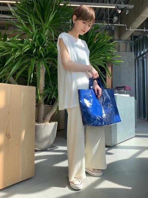 白カットソーを使った7月の服装