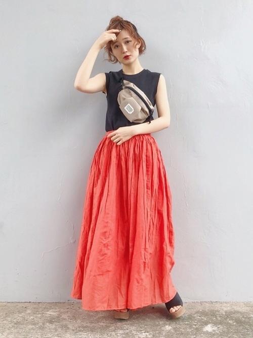 オレンジカラーのスカートを使ったコーデ