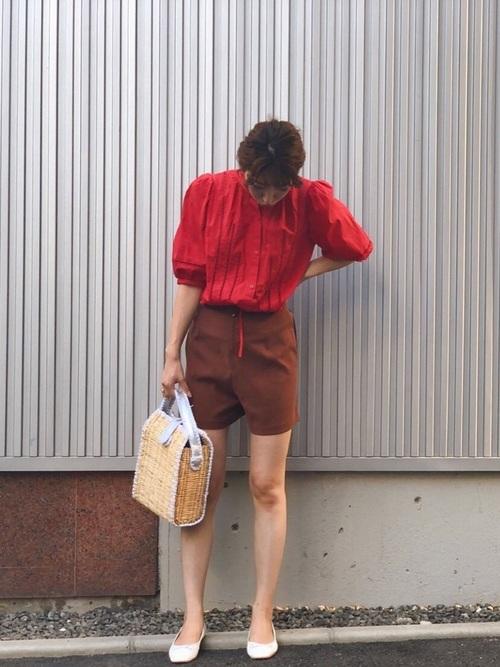 赤ブラウス×ブラウンショートパンツ
