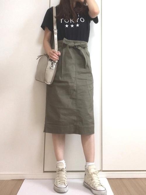 ミディ丈のタイトスカート