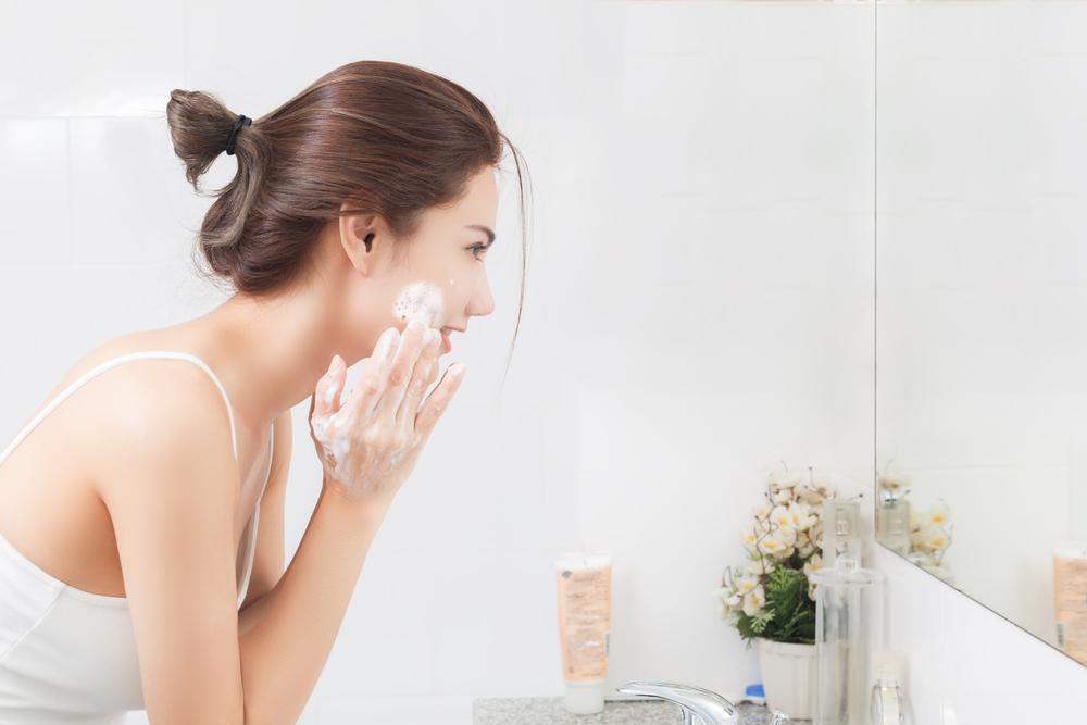 洗顔中の女性