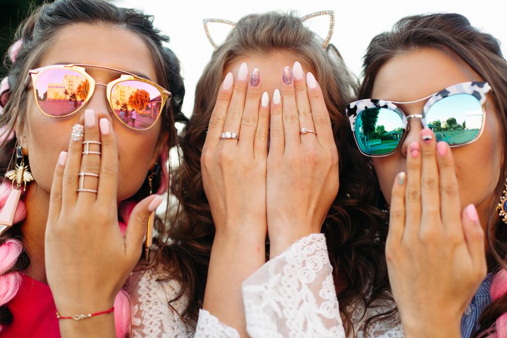 3人の女性の手