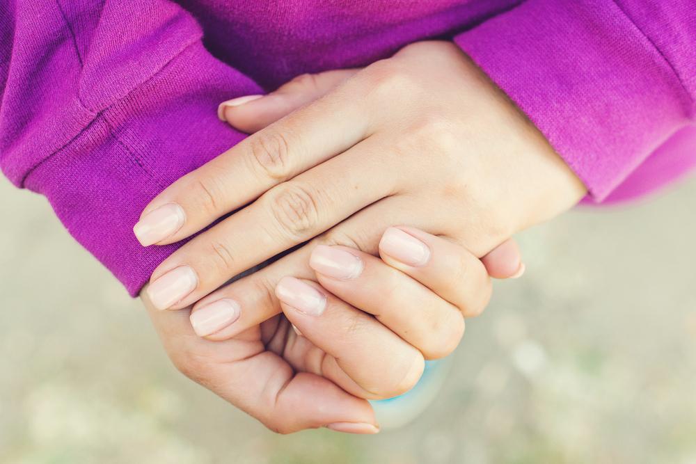 手を組む女性