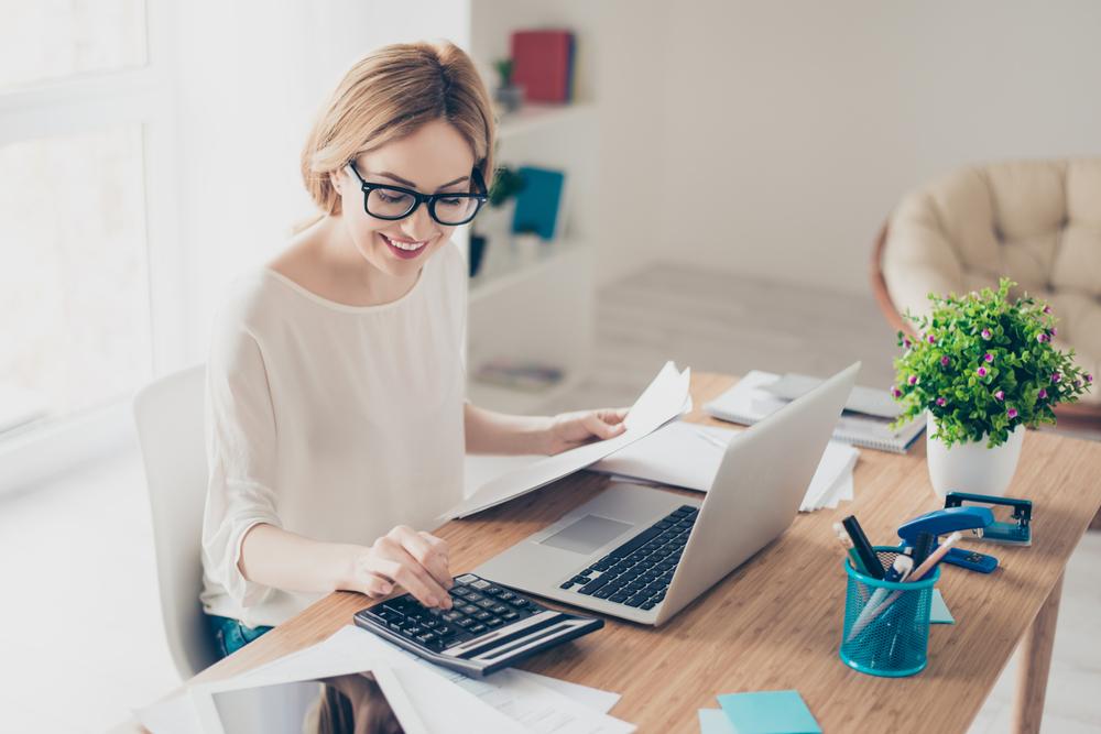 有給休暇の給与の金額を計算しているアルバイトの女性