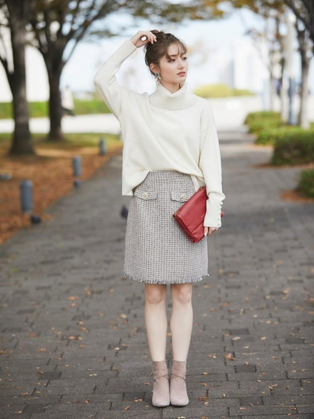 アイボリーニットとツイードスカート