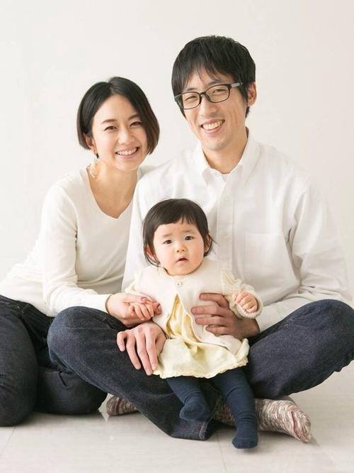 服装の色をおそろいにした家族写真