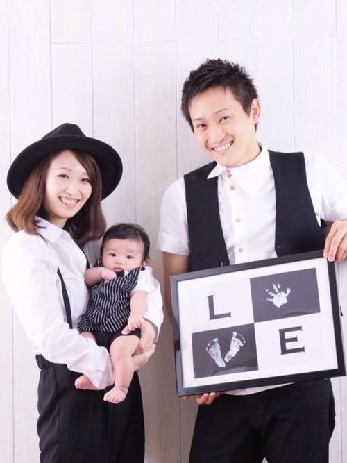 服装の色とテイストをおそろいにした家族写真