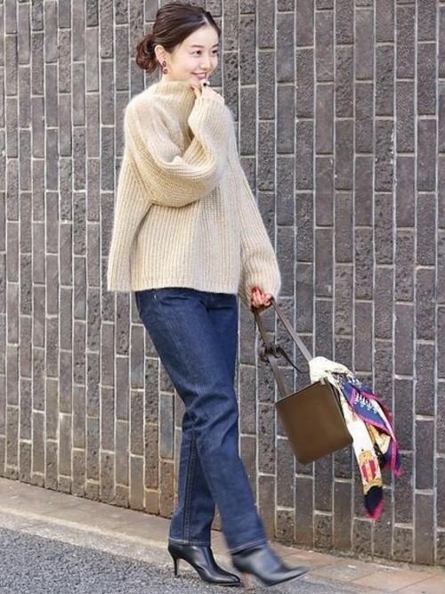 冬におすすめのバッグに巻いたスカーフコーデ
