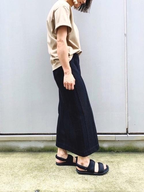 黒のニットスカートを使った夏コーデ