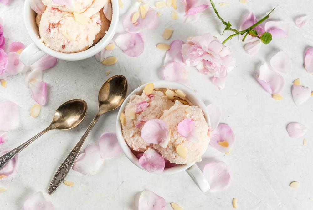 ミルクアイスと花びら