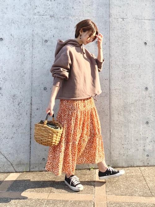 花柄のオレンジワンピ×ブラウンパーカーのコーデ