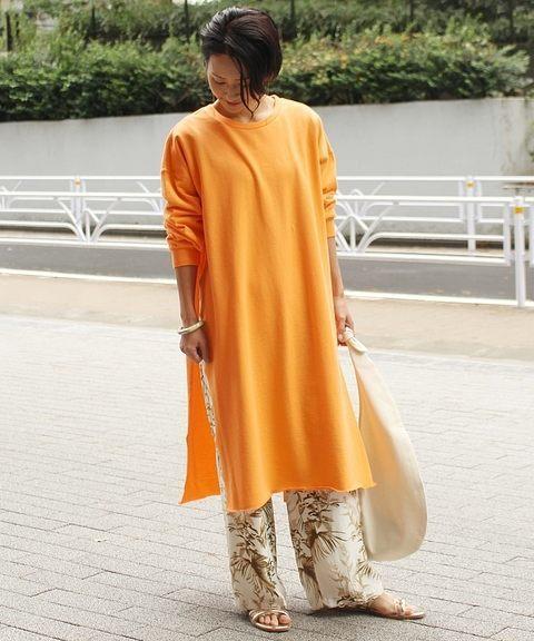 オレンジのロングスウェット×ブラウンのボタニカルパンツのコーデ