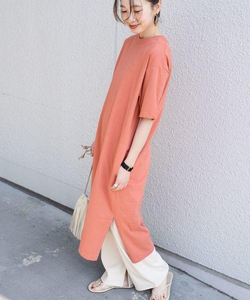 オレンジのTシャツワンピ×白のジャージーパンツのコーデ