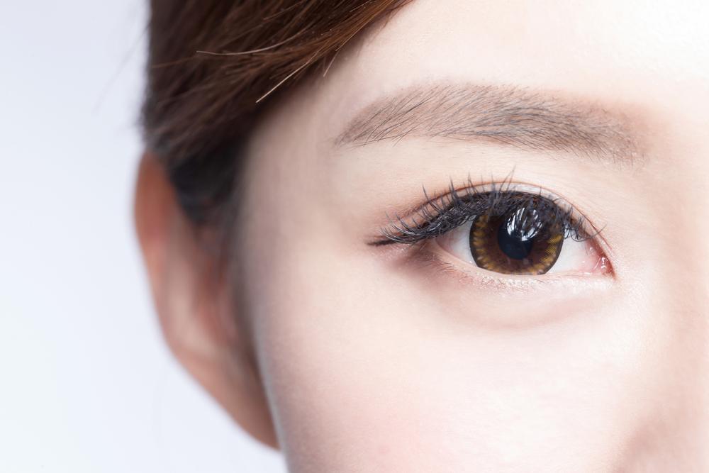女性の目の写真