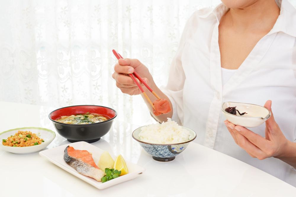 梅干しダイエット中の女性
