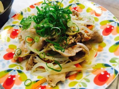 豚肉とモヤシ・きのこの梅煮炒めのレシピ