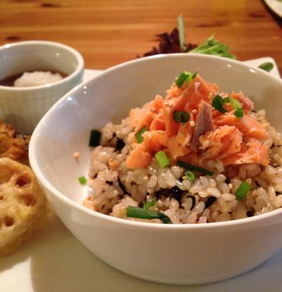 ひじき&梅干しin玄米ごはん☆ゆで鮭のせのレシピ