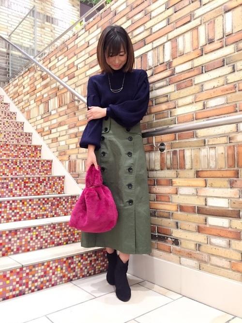 ボリューム袖ニット×カーキトレンチスカート