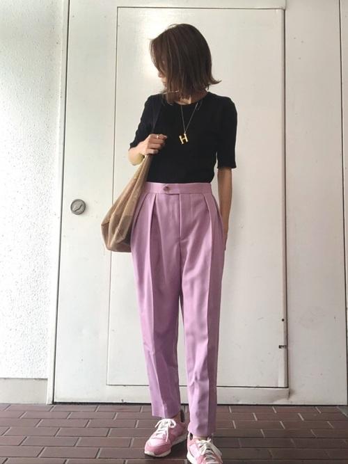 黒リブTシャツ×タックパンツ