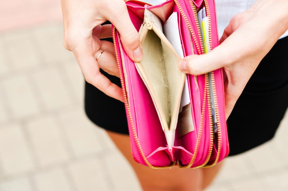 財布の中を見る