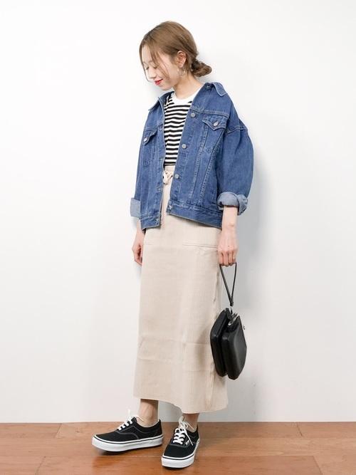 デニムジャケットを使ったタイトスカートとスニーカーのコーデ