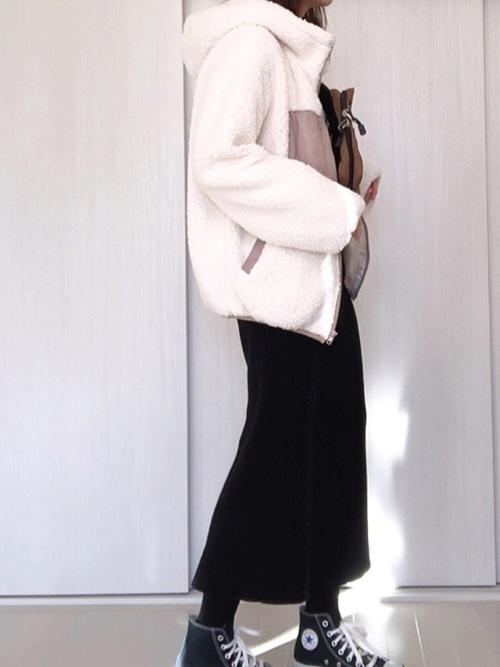 ボアブルゾンを使ったタイトスカートとスニーカーのコーデ